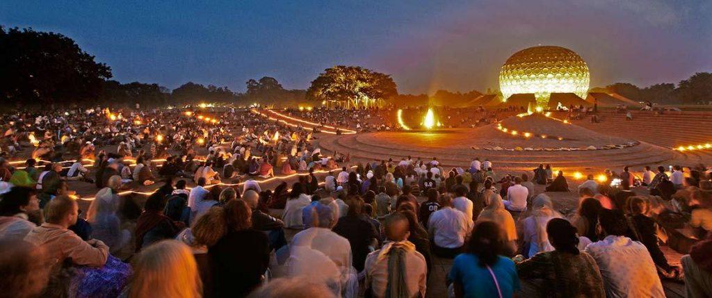 Auroville de noche